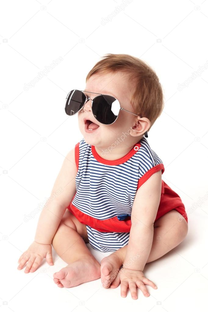 lindo bebê feliz com óculos de sol isolado — Stock Photo © ababaka ... bdec719739