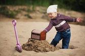 Fotografie kleines Mädchen nach einem Schatz