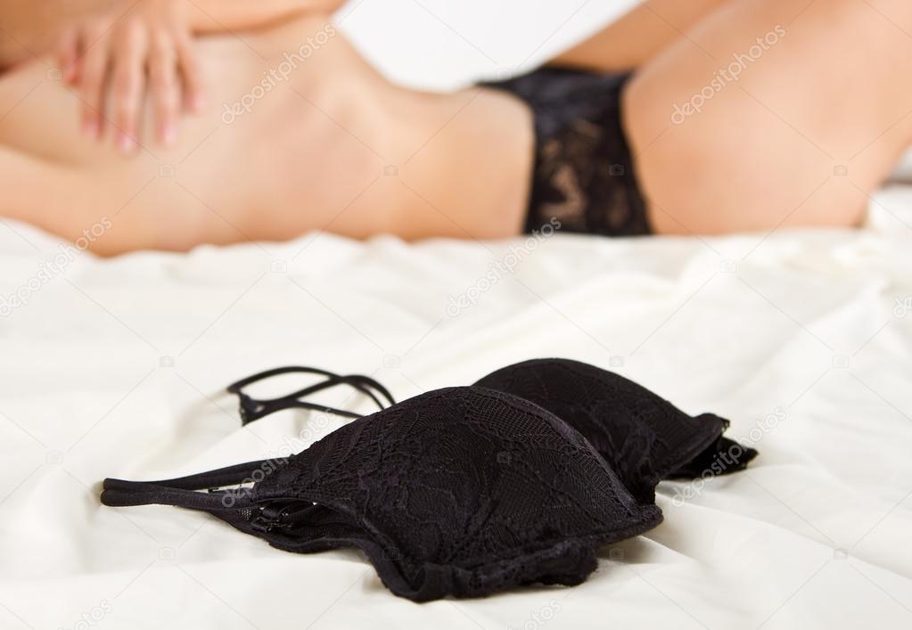 a7878b4c07b6 mujer en ropa interior negra Acuestate en la cama — Fotos de Stock ...