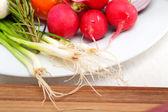 čerstvá zelenina a bylinky na talíři
