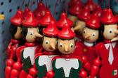 malované dřevěné loutkové panenky postavy pinocchio