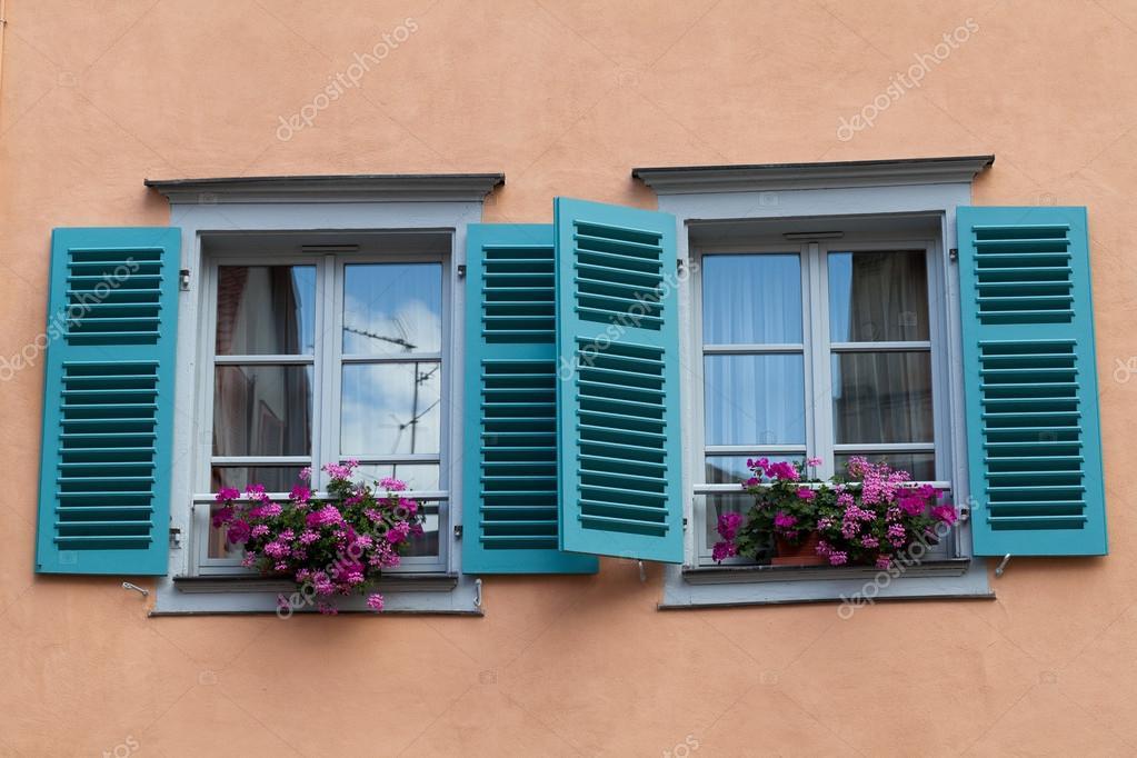 La finestra con persiane e fioriere foto stock wjarek - Fioriere per davanzale finestra ...