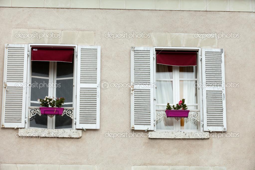 Bianchi finestre con persiane e fioriera foto stock for Finestre e persiane