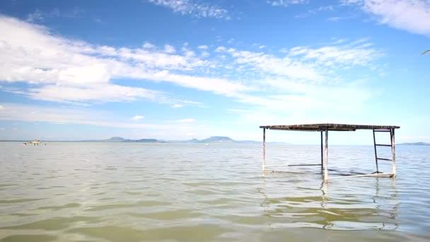 A tó móló