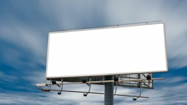 prázdné billboard před zamračená obloha timelapse, full hd 1920 x 1080 25 p