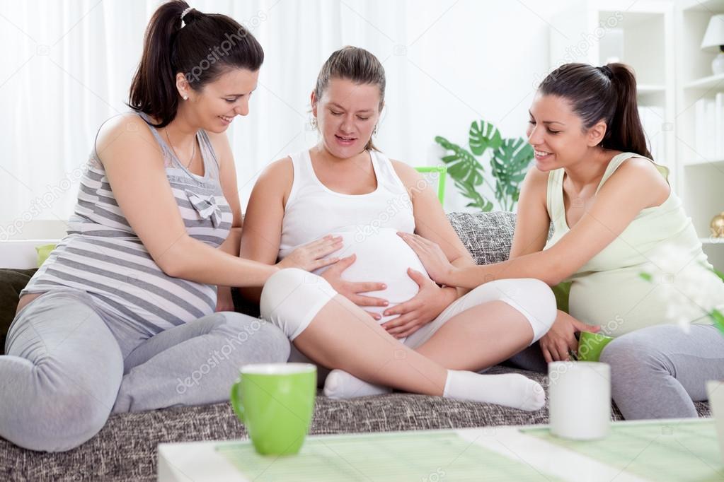 Amigos Tocando La Panza De Embarazada