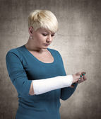 Photo Woman with a broken arm