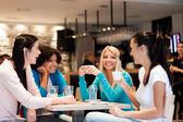 Fényképek Kávészünet a fiatal nők csoportja
