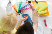 Fotografie Paar wählt Farben, um neues Haus zu streichen