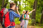 Férfi kamera erdő