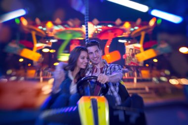 Couple in bumper car - shoot with lensbaby