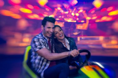 laughing couple in bumper car - shoot with lensbaby