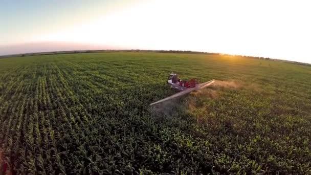 Anténa: letu nad mashine, zalévání kukuřičné pole v západu slunce