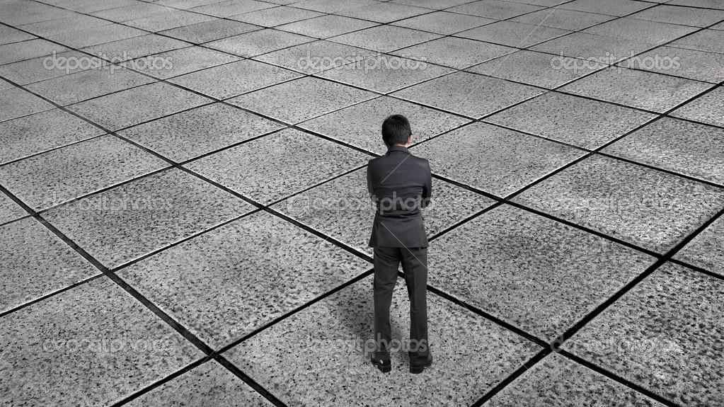 Uomo d affari vista posteriore pensando e permanente per infinite