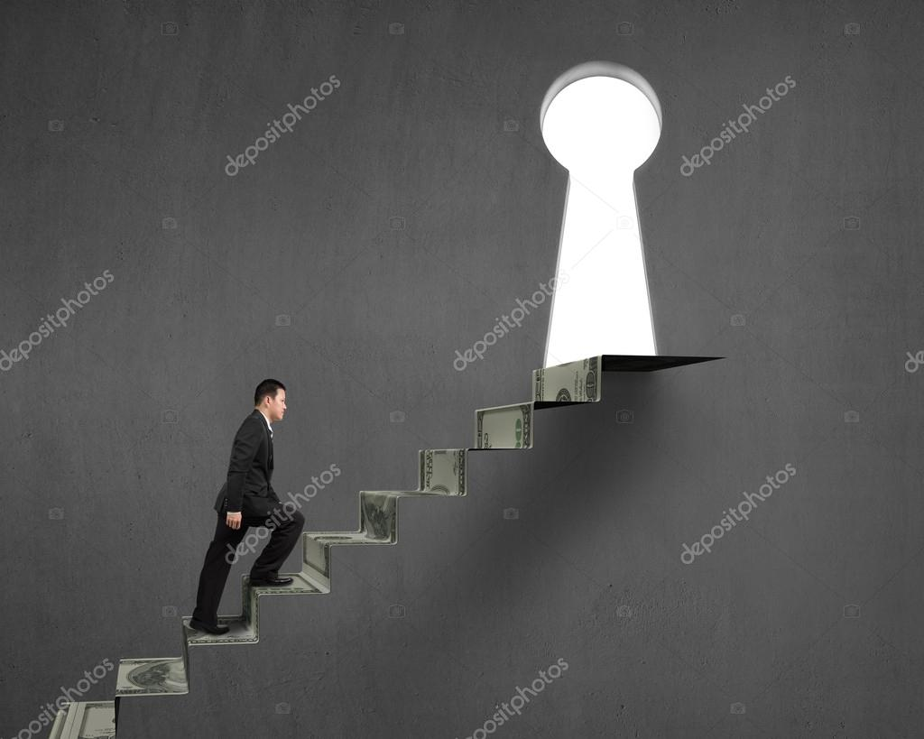 Uomo che sale su scale di soldi per foro chiave foto for Sedia elettrica che sale le scale