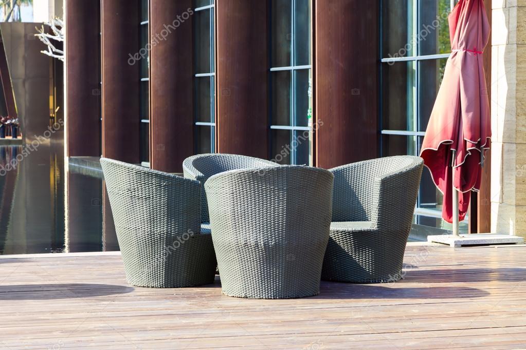 Muebles al aire libre un grupo de sillones de mimbre en for Terraza decoracion apartamento al aire libre