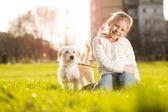 kleines Mädchen mit ihrem Welpen Hund