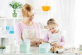 babička a vnučka v kuchyni