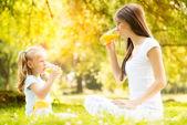 Fotografie Mutter und Tochter in der Natur