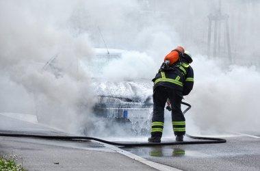 itfaiyeci yanan bir arabadan koyuyor