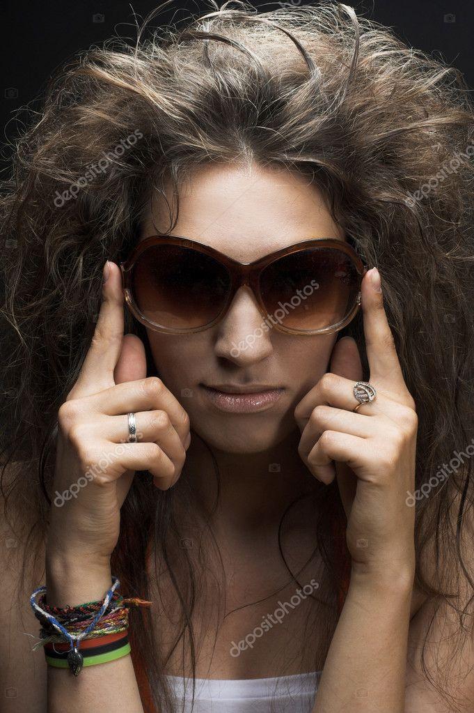 590ec741aa γυναίκα σε γυαλιά ηλίου — Φωτογραφία Αρχείου © nemesis inc  29244615