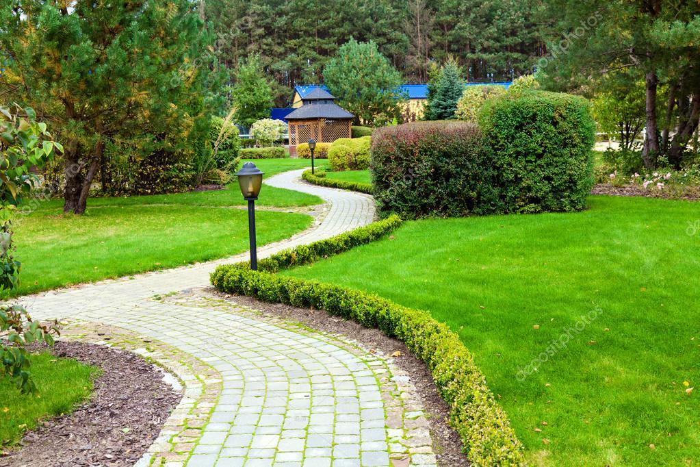 Park Als Tuin : Prachtig park tuin u2014 stockfoto © majafoto #32259045