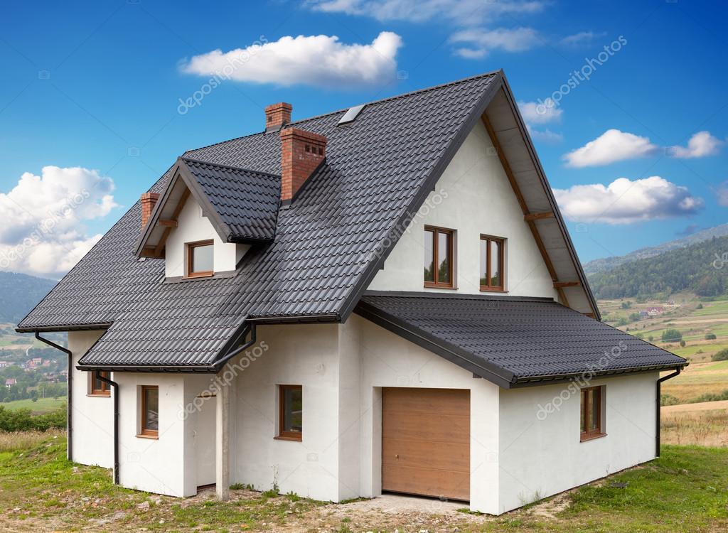 Een Nieuw Huis : Een nieuw huis met een garage in een landelijk gebied u2014 stockfoto