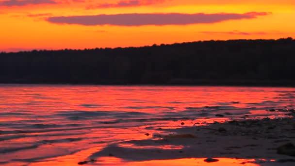 vlny na jezeře na sunset