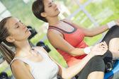 Fényképek Egyre elfoglalt edzőterem két fiatal szép nő portréja
