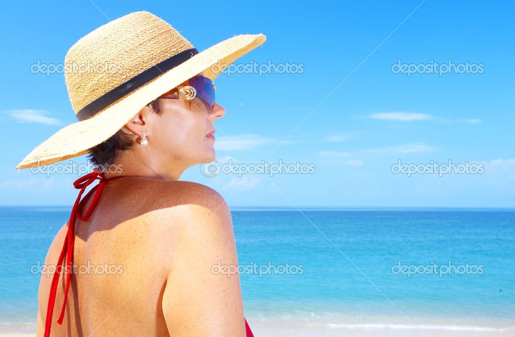 ca5ab67eefc2a Vista de mujer en sombrero de marinero en un fondo del mar tropical — Foto  de