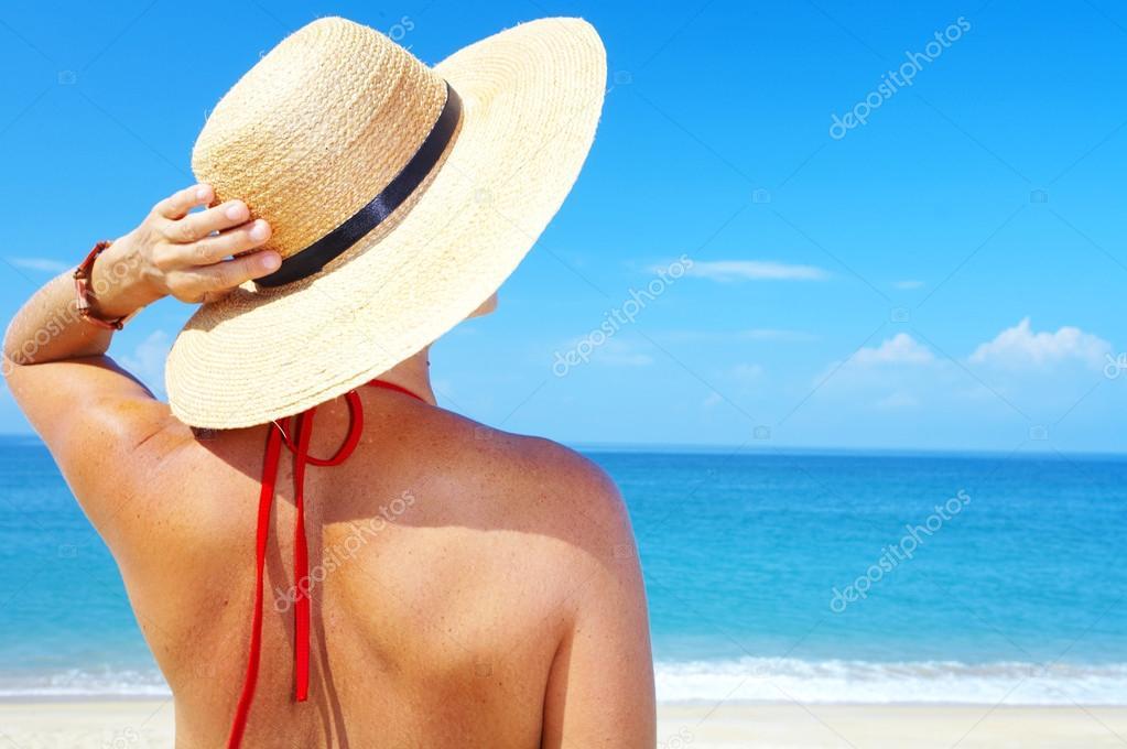 74b8f5f122fd3 Vista de mujer en sombrero de marinero en un fondo del mar tropical — Fotos  de