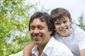 portrét mladého šťastný otec zaneprázdnění s jeho synem