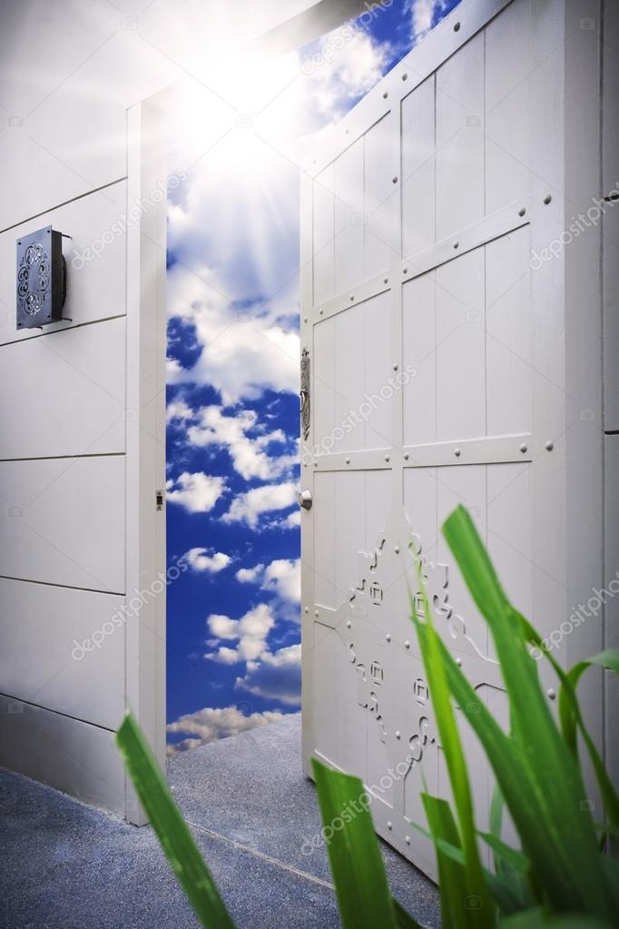 Halb geöffnete tür  Anzeigen der grauen Farbe halb geöffnete Tür zum Himmel ...