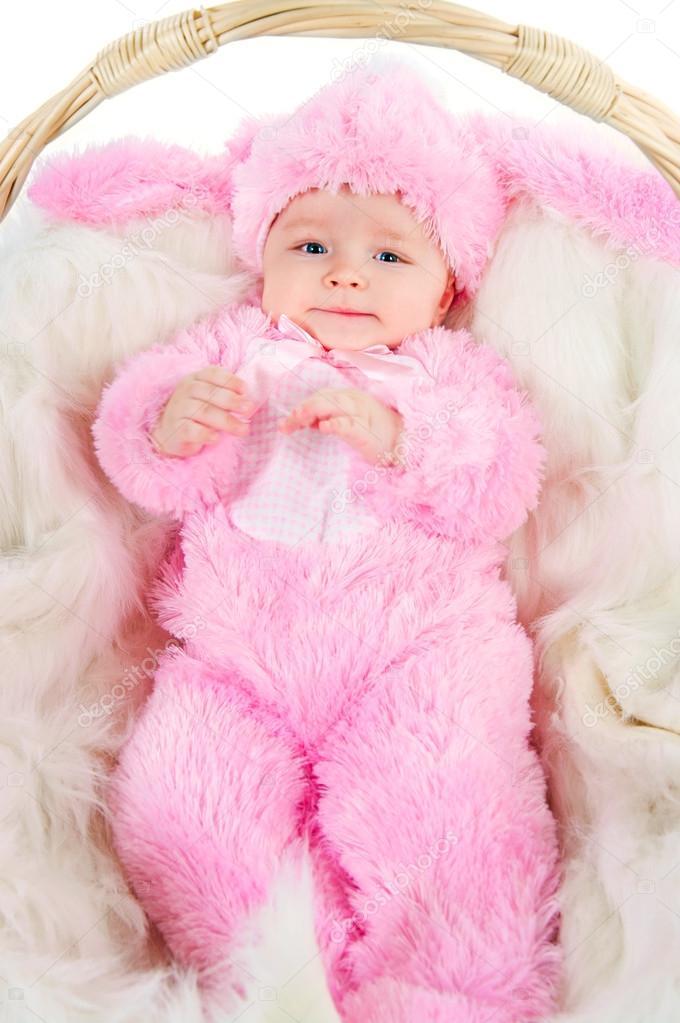 gracioso bebé recién nacido, vestida con traje de conejo de Pascua ...