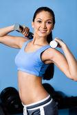 sportovkyně cvičení s činkami