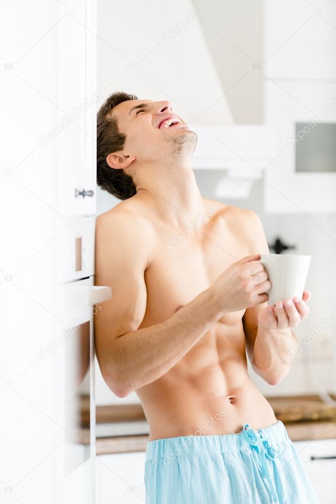 Halb nackt Männchen mit Tasse Kaffee in der Küche — Stockfoto ...