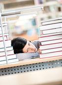 Fotografia giovane donna dormendo al banco