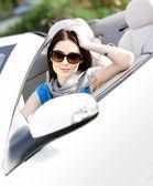 portrét zasněné ženy v cabriolet