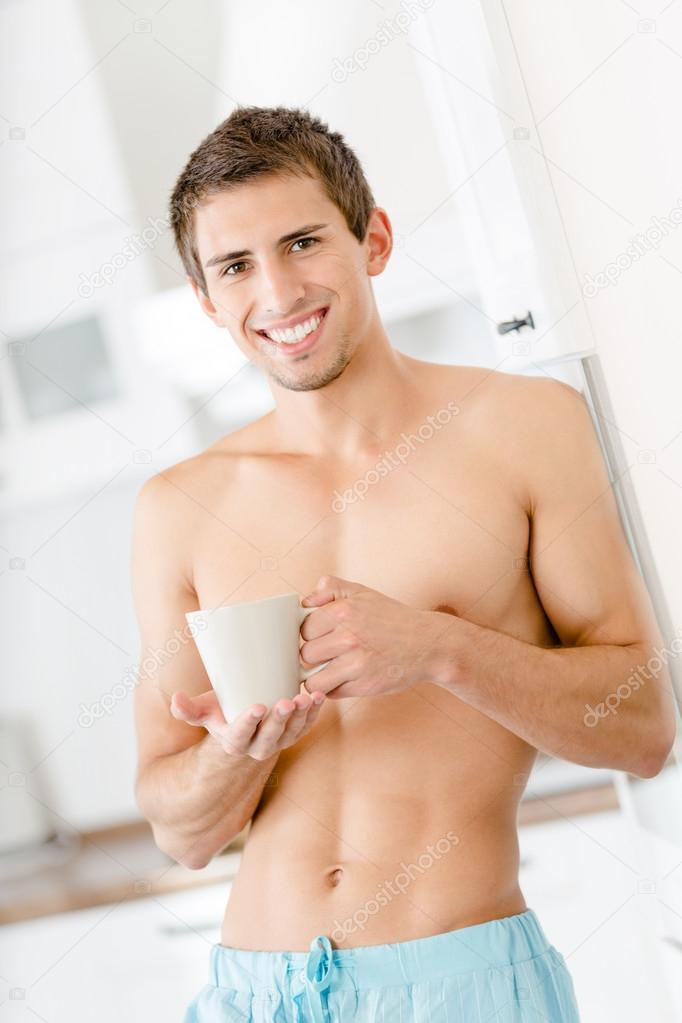 Halb nackt cool Mann mit Tasse Kaffee in der Küche ...