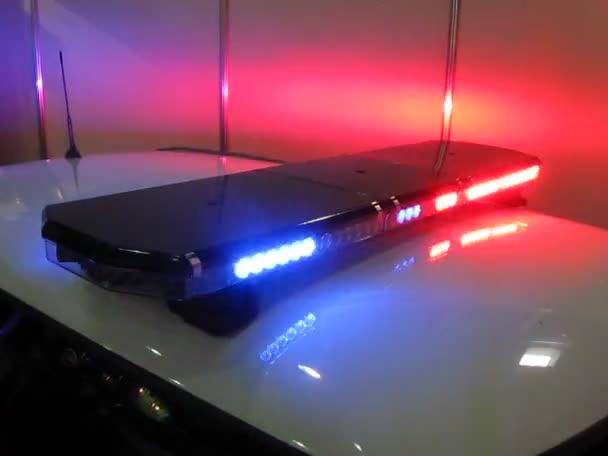 policie blikající lampy na zvláštní auto, stres