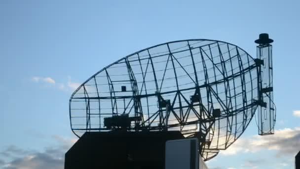 radarové stanice, moderní mobilní satelitní anténa