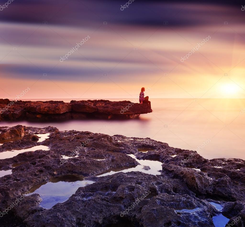 Фотообои Женщина на скале