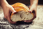 Photo Bakers hands with a bread