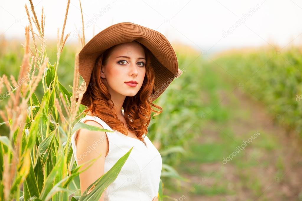 рыжая девушка модель на лугу