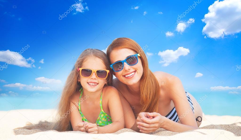 Дочка и мама на пляже фото