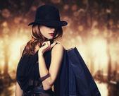 Styl rusovláska dívka s nákupní tašky