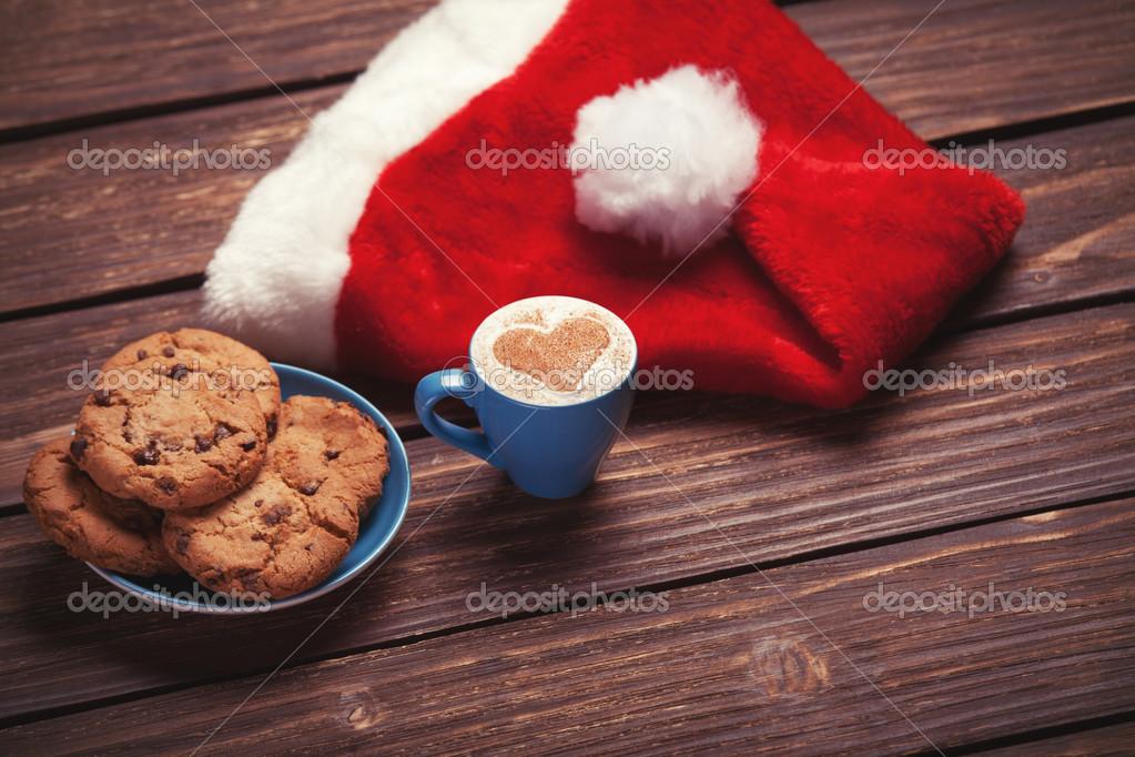 Cookie et tasse de caf avec le chapeau du p re no l sur la table en bois photographie - Vieillir du bois avec du cafe ...