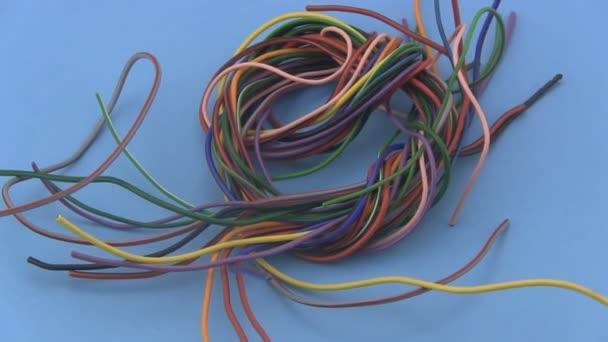 mehrfarbig sechs Amp elektrische Draht drehen auf blauem Hintergrund ...
