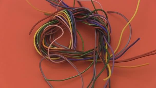mehrfarbig sechs Amp elektrische Draht drehen auf rotem Grund ...