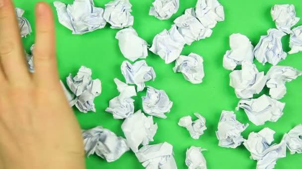 ruční zametání papírové koule